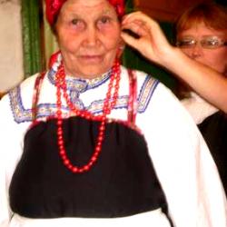 Коми-пермяцкая «икотка» и участница фольклорного ансамбля д. Малая Серва. Икотку, которая поселилась в этой женщине                     после болезни, зовут Елизавета Ивановна. Она лечит, ищет пропавшее, предсказывает будущее, Икотке Елизавете Ивановне 38