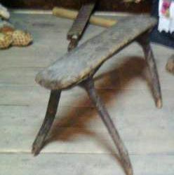 Вот такие лавки в старину коми-пермяки делали из сучковатых деревьев от бедности...
