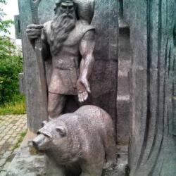 У памятника Кудым-Ошу (национальному герою, богатырю, культуртрегеру и основателю Кудымкара) по затёртостям обнаружили, что на счастье надо потереть кончики пальцев. Потёрли…