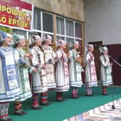 На праздник съехались фольклорные ансамбли со всей округи.  У каждого – свой стиль.  Это знаменитый ансамбль из села Белоево