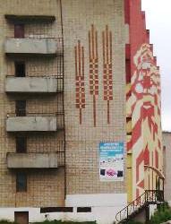 Еще один интересный образец стрит-арта на обычной пятиэтажке:  по ходу открывается лик Кудым-Оша, который трансформируется в колосья