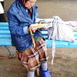 В коми-пермяцком округе можно наблюдать удивительные картинки. Где еще можно встретить бабулечку в платочке с традиционными посохом и котомкой, но в джинсовом пиджаке, модных калошах и с гламурным дамским журналом в руках?  Калоши бабулечка, наверное, куп