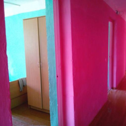 Особенно нас впечатлила цветовая гамма (розовый «вырви глаз») нового ремонта в школе. Вошла одна милая женщина, тихо вздохнула и философски сказала: «Ничего, привыкнем…». Окружающие подхватили: «Привыкнем, привыкнем…»