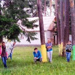 В Большой Коче даже лесные деревья белят цветной побелкой. Под деревьями – студенты филфака ПГГПУ на фольклорной практике.